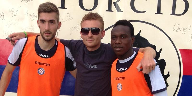 Hajdukovci potpisivali transparent navijačima