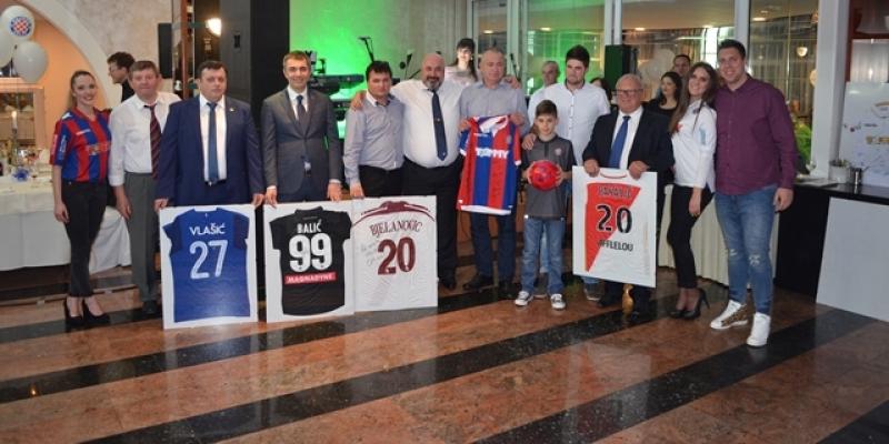BILA NOĆ NA KRKU: Hajdukovci na aukciji sakupili 30.000 kuna za liječenje dvojice dječaka