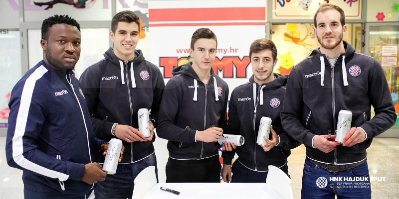 Igrači Hajduka sudjelovali na promociji Karlovačko BILE u Tommy prodavaonicama