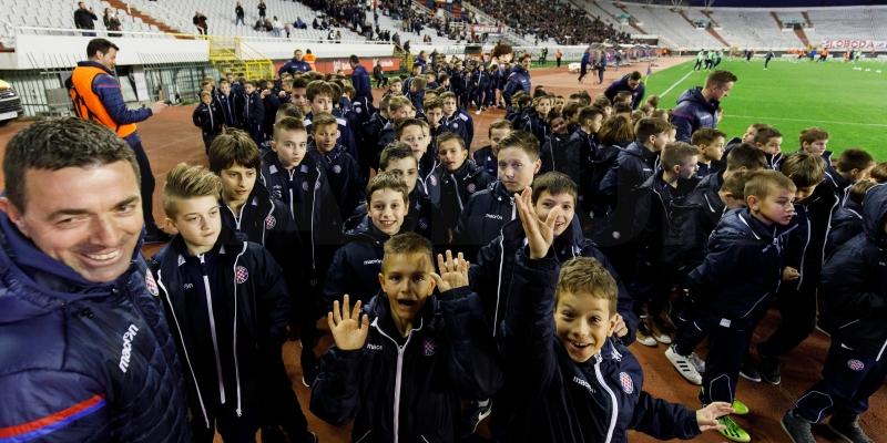 Svečani mimohod Hajdukove Akademije na poluvremenu utakmice s Rudešom