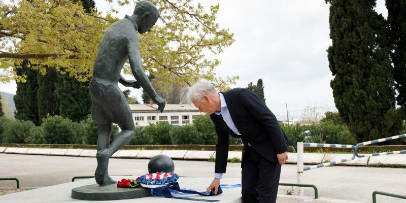 Hajduk laid a wreath at Bajdo's monument