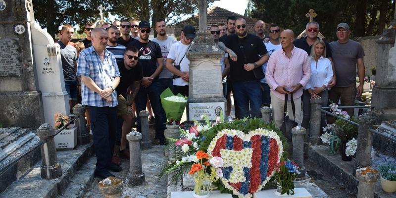 Vela Luka: Obilježeno 30 godina od smrti osnivača Torcide Vjenceslava Žuvele