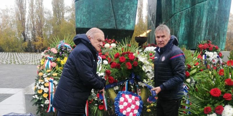 Predstavnici HNK Hajduk položili vijence u Vukovaru i Škabrnji